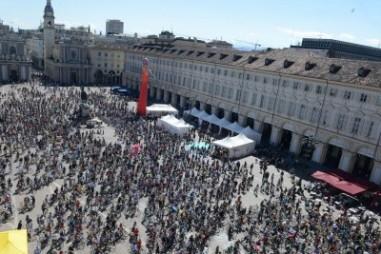 Torino foto Dario Nazzaro: BIKE PRIDE PASSAGGIO IN PIAZZA SAN CARLO